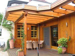 Holzüberdachung einer Terrasse